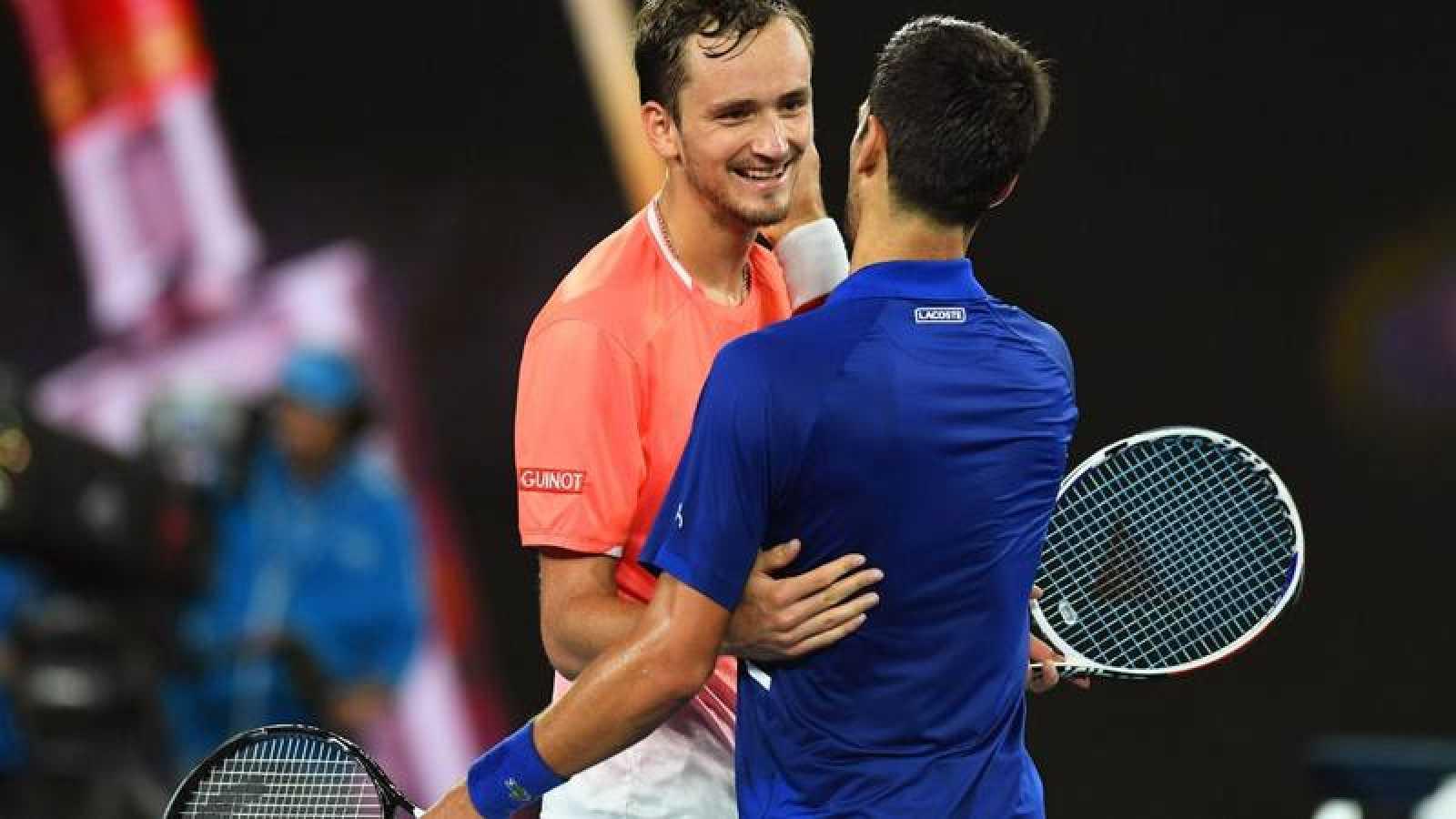 El tenista serbio Novak Djokovic celebra su victoria ante el ruso Daniil Medvedev durante el pasado Abierto de Australia en 2019.