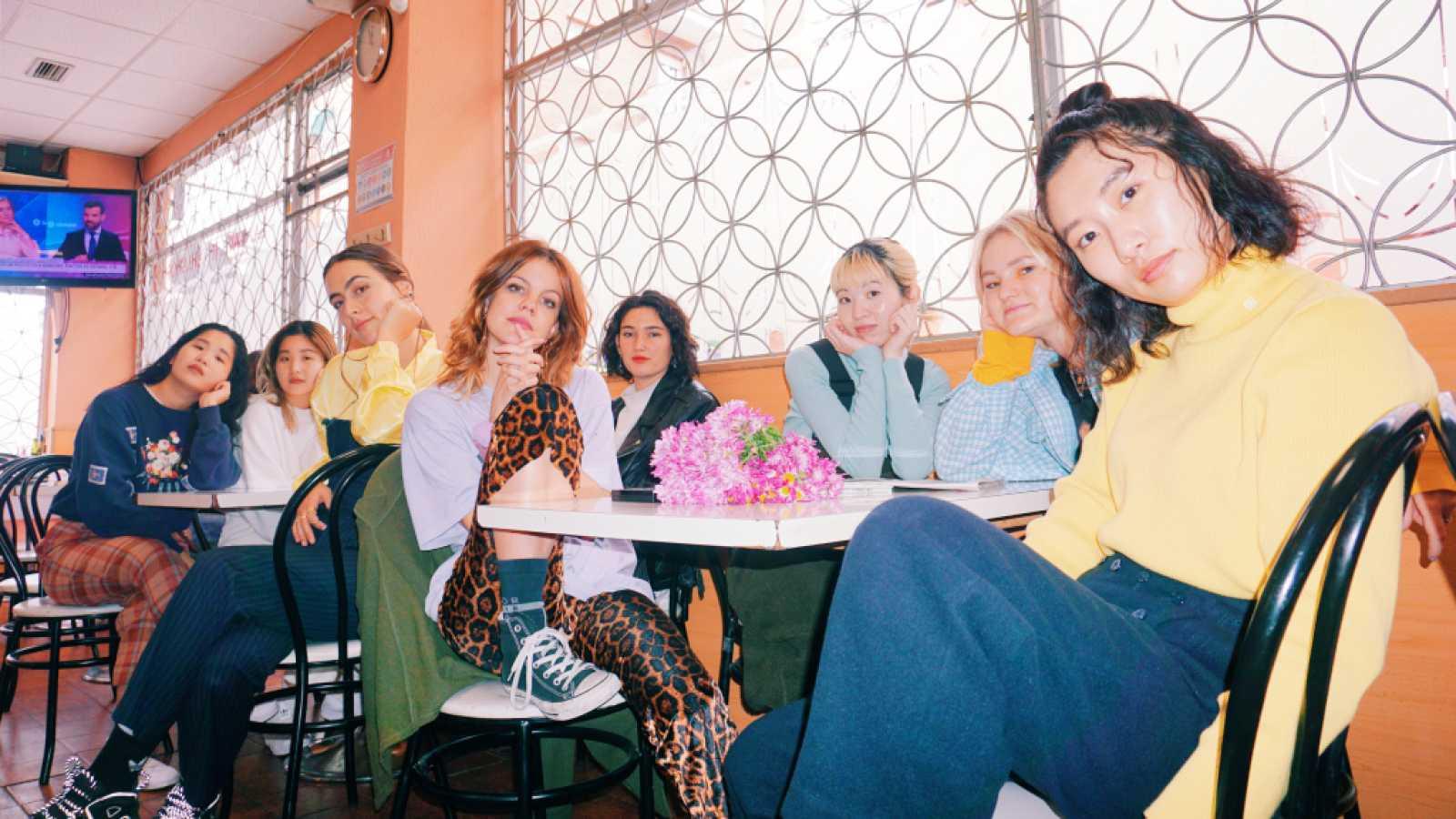 """Hinds y las japonesas CHAI lanzan """"United Girls Rock'N'Roll Club"""", el himno políglota con el que reivindican su papel en la música independiente"""
