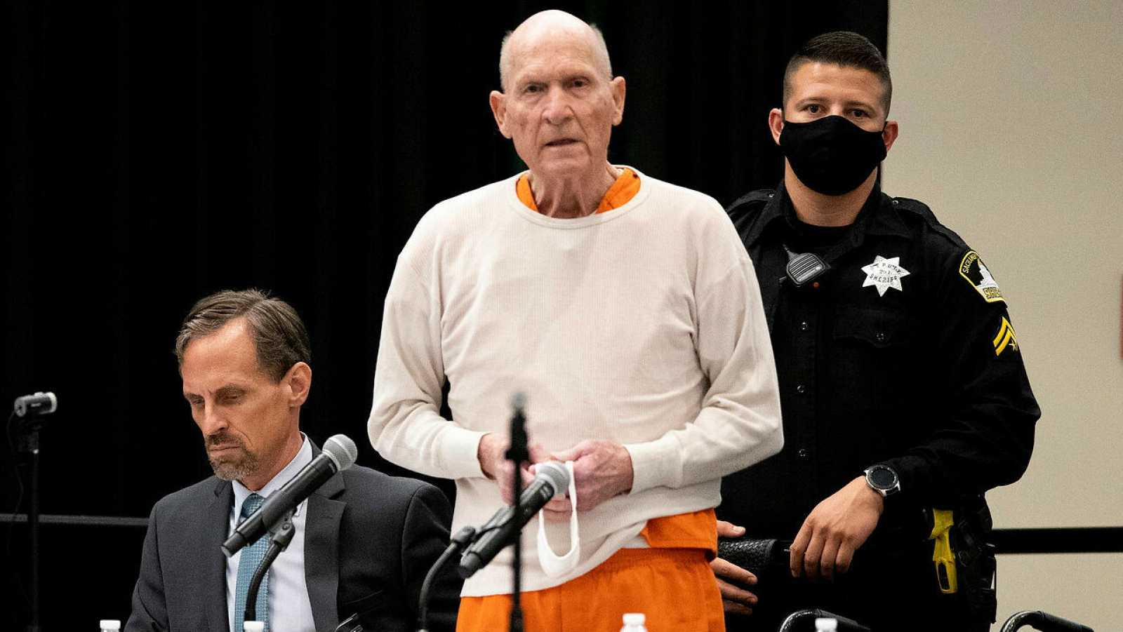 Joseph James DeAngelo Jr., conocido como 'Golden State Killer', ofrece una breve disculpa antes de ser sentenciado a cadena perpetua durante su audiencia de sentencia en CSU Sacramento, California, Estados Unidos.