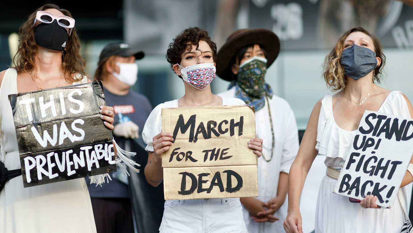 Personas se reúnen para una vigilia y una 'Marcha por los Muertos' por las víctimas de la pandemia de coronavirus, en Brooklyn, Nueva York, EE. UU.