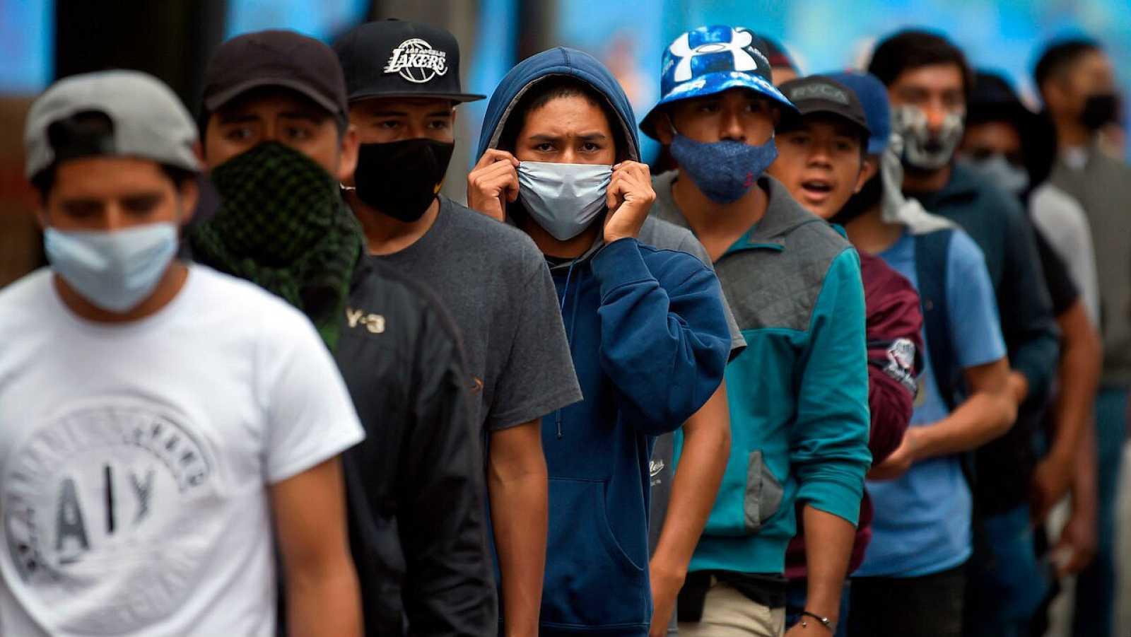 Maestros marchan durante una protesta contra el nuevo plan de regreso a clases en México.