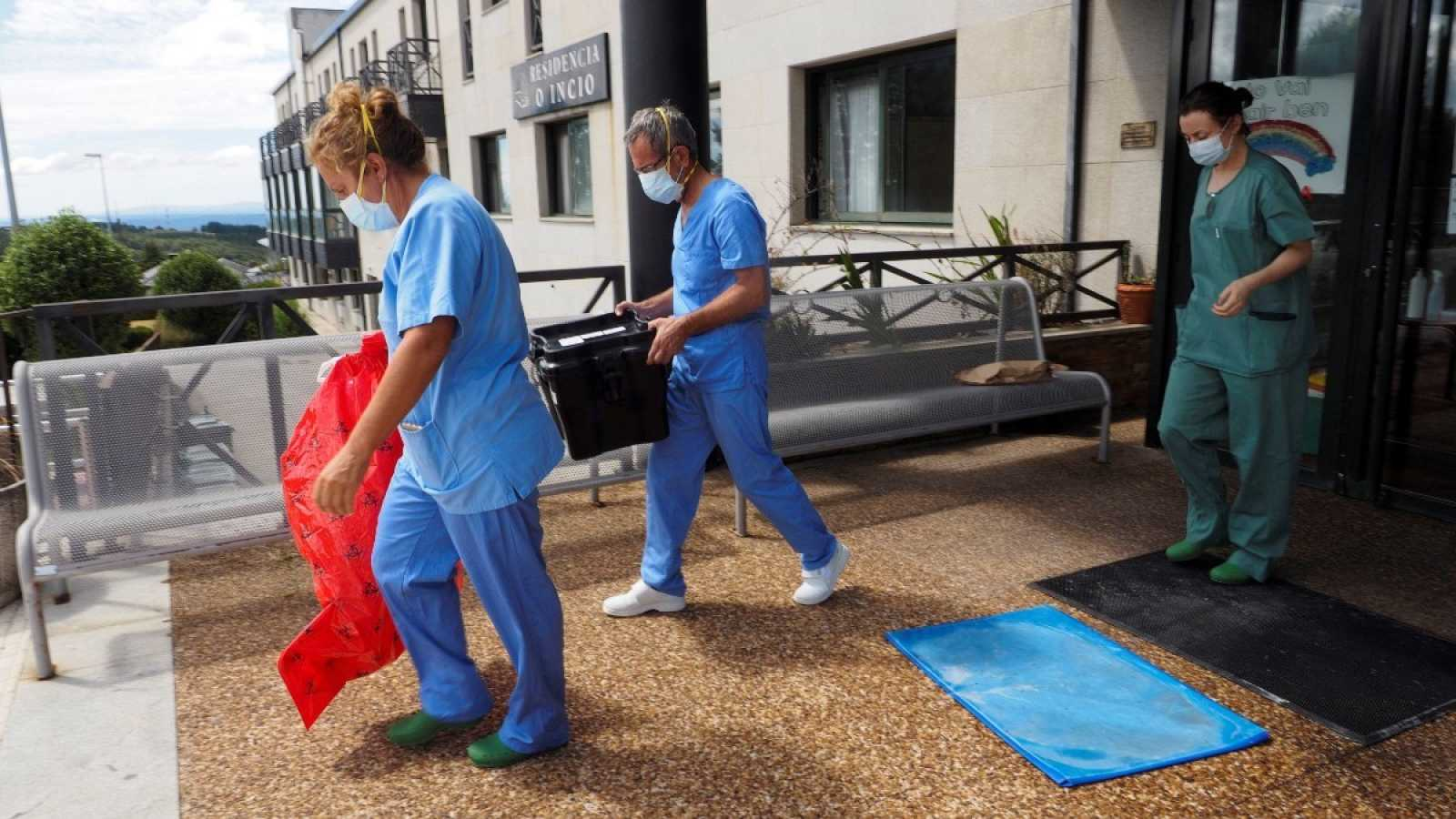 Trabajadores sanitarios salen de la residencia O Incio, en Lugo.