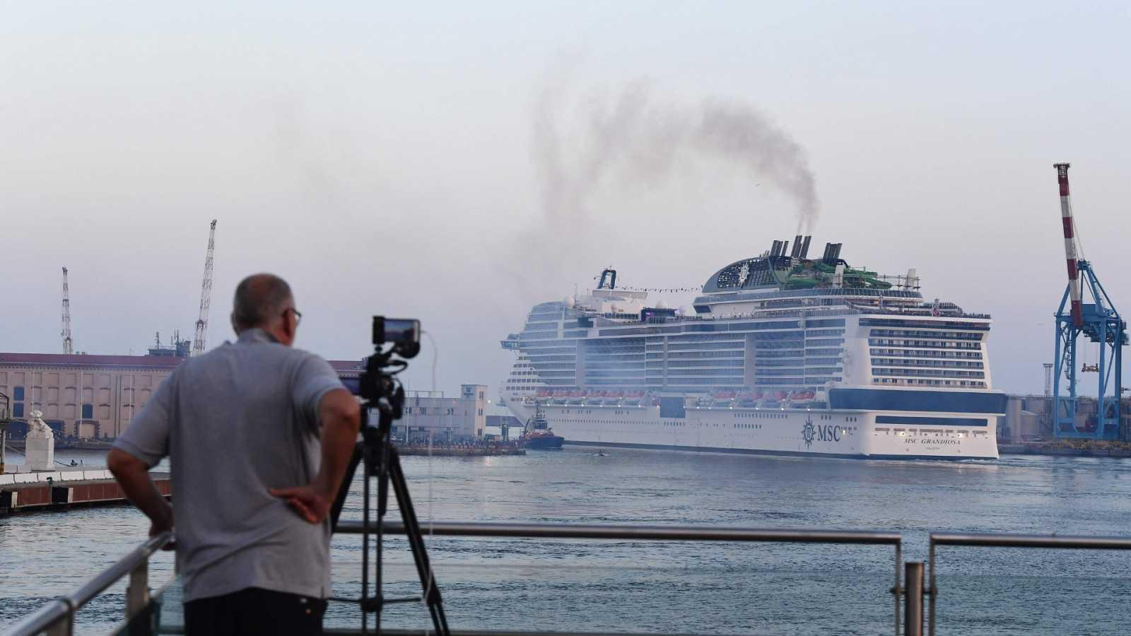 El crucero MSC Grandiosa saliendo del puerto de Génova (Italia) después de seis meses y medio de inactividad por COVID-19