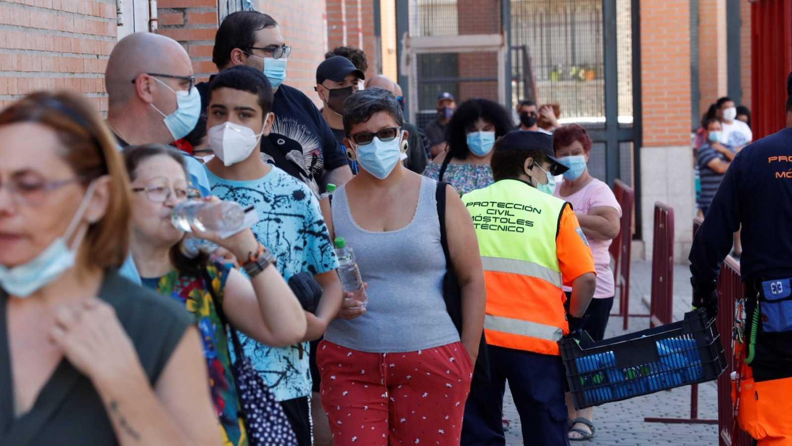 Varias personas esperan en Móstoles, para la realización de pruebas PCR