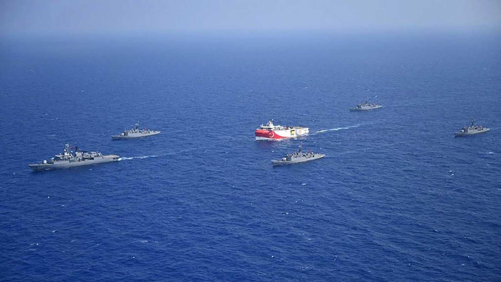 El buque sísmico 'Oruç Reis' es escoltado por barcos de la Marina turca en el Mediterráneo