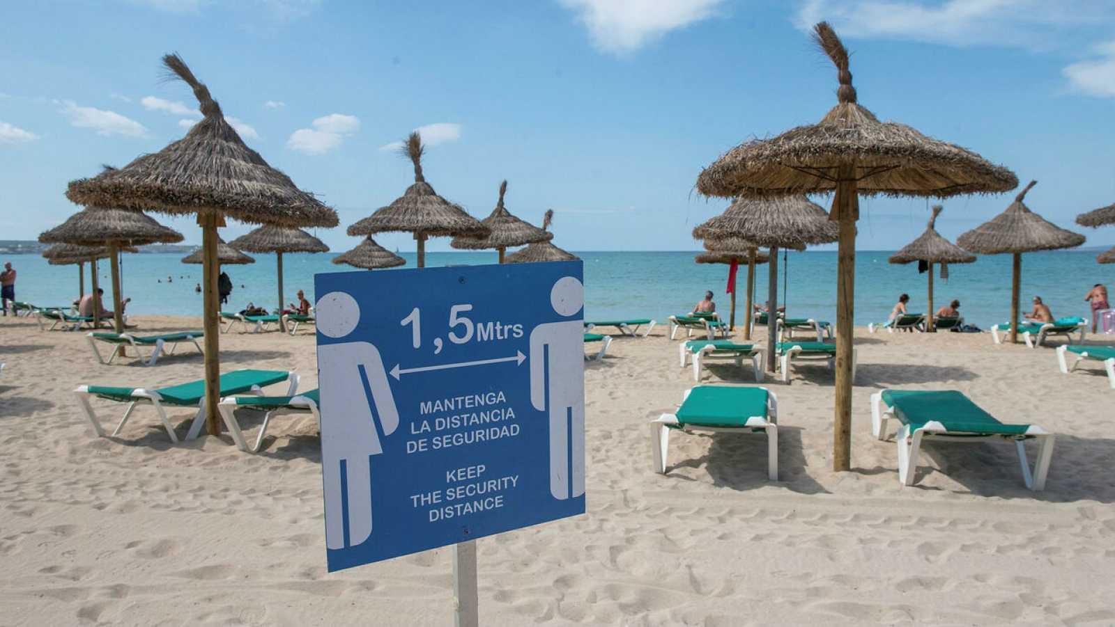 Carteles con normas sanitarias en Playa de Palma.