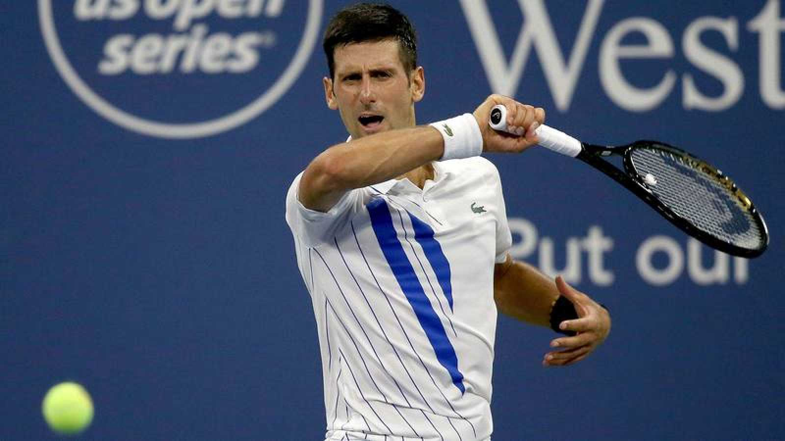 El serbio Novak Djokovic devuelve una bola al lituano Ricardas Berankis.