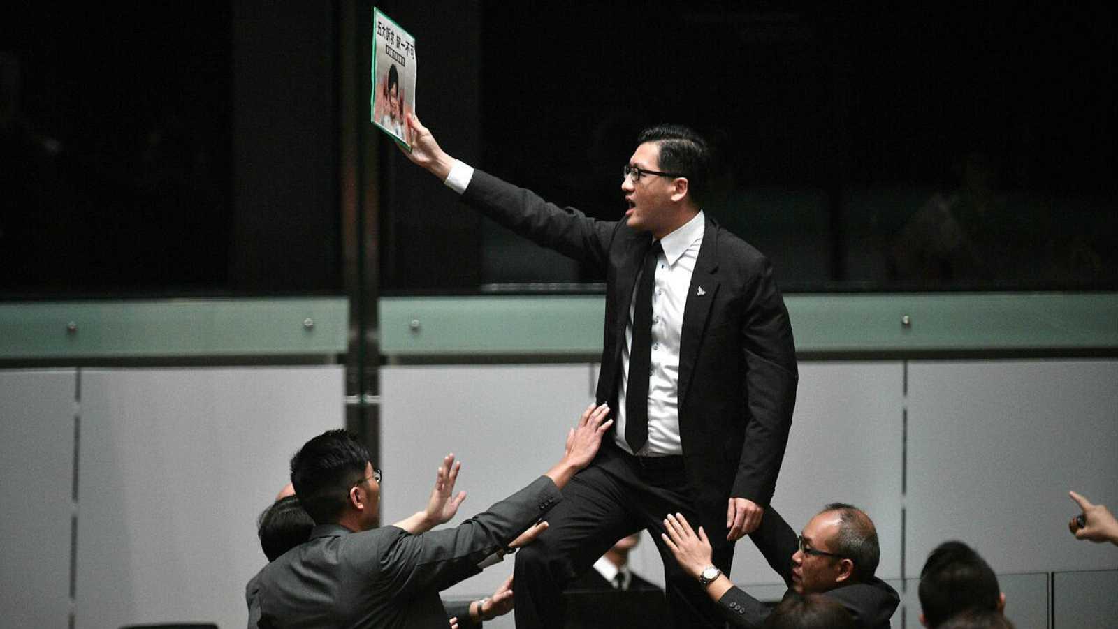 El legislador prodemocrático Lam Cheuk-ting durante una protesta en Hong Kong.