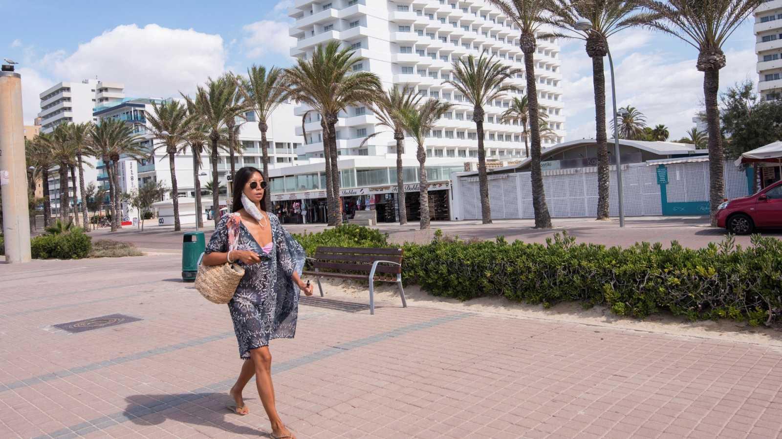 Una mujer camina por Palma de Mallorca