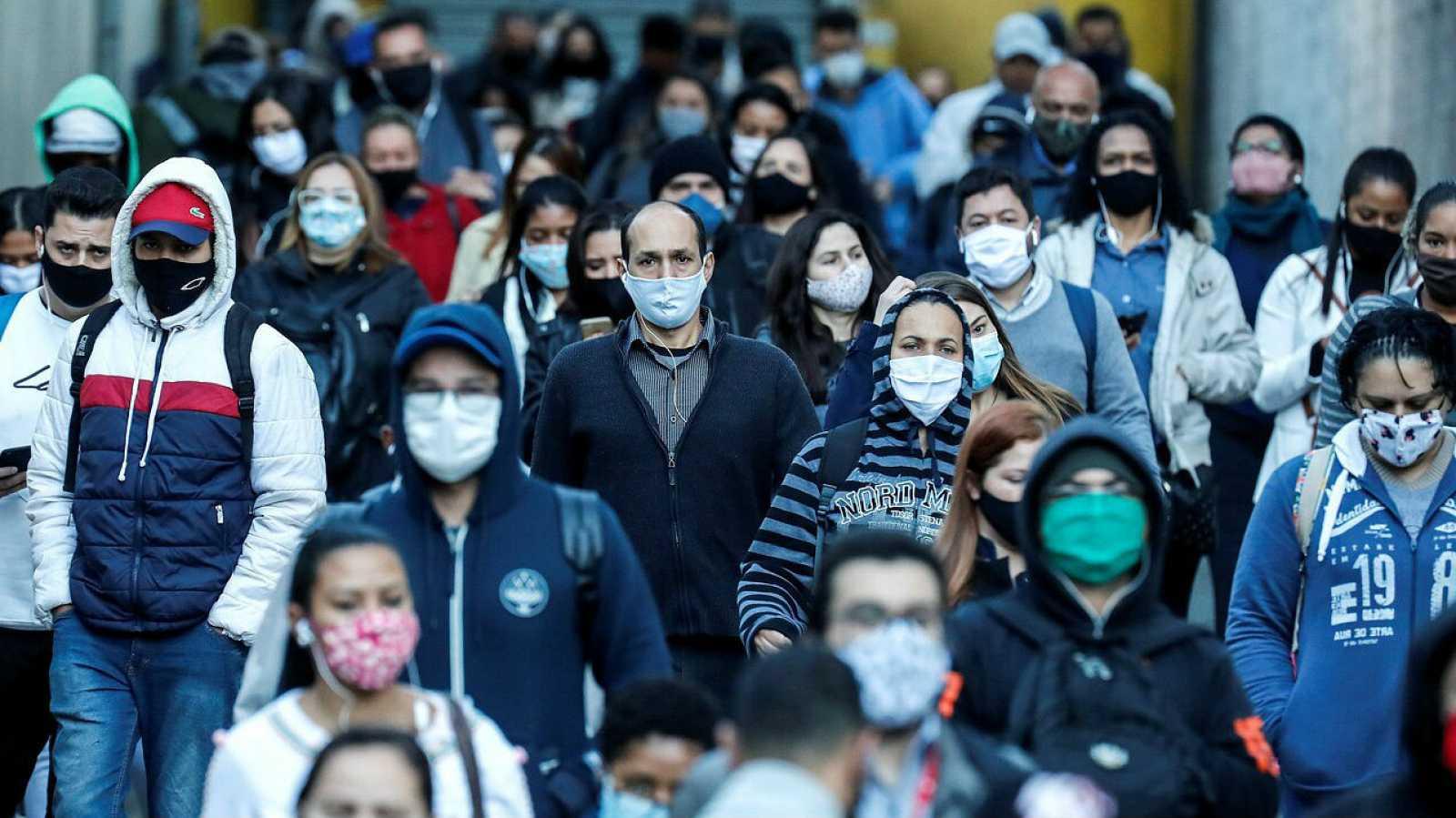 Decenas de personas protegidas con mascarilla caminan en la zona sur de Sao Paulo (Brasil). Brasil
