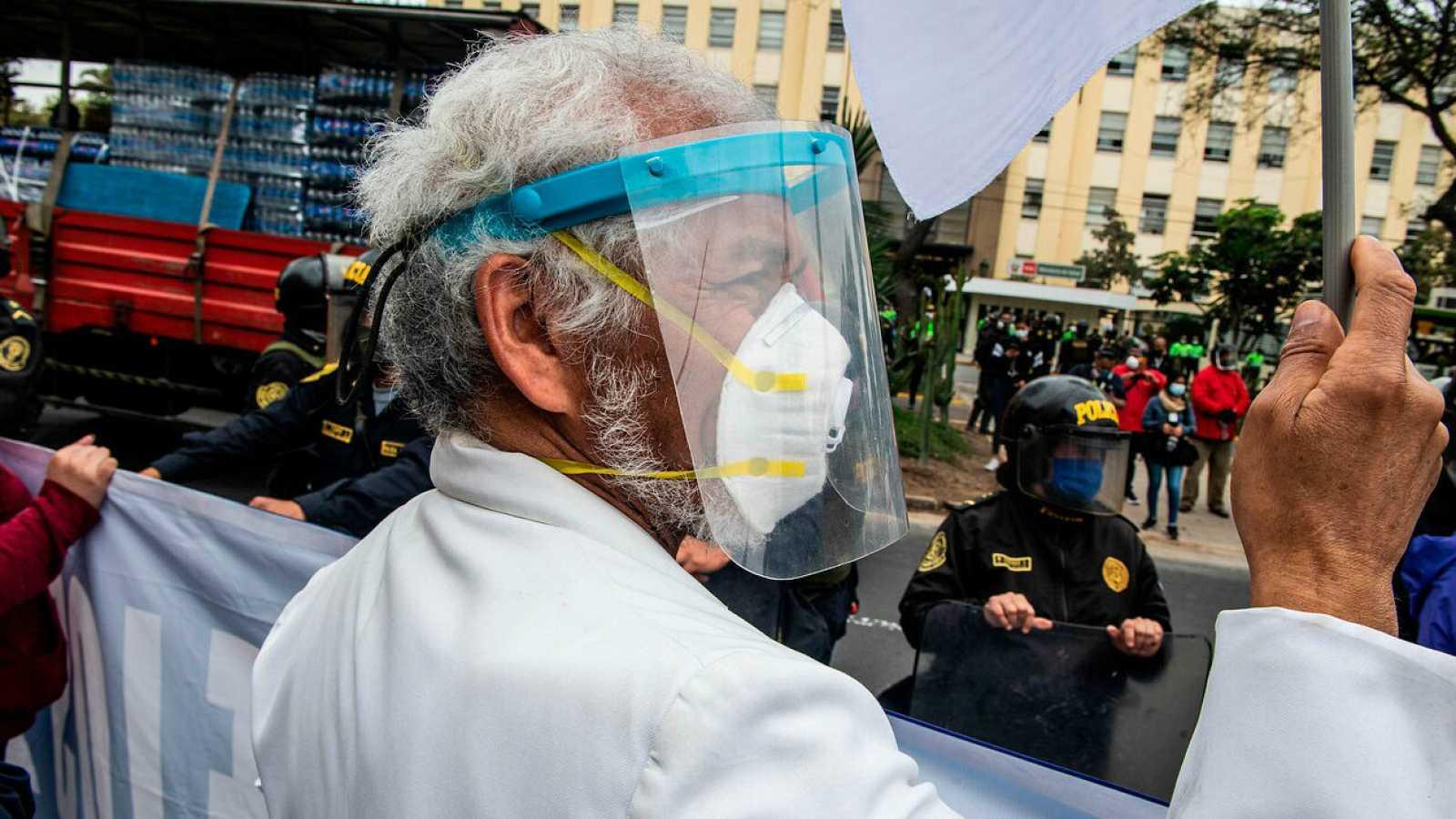 Trabajadores de la salud protestan frente al Ministerio de Salud de Perú, en Lima.