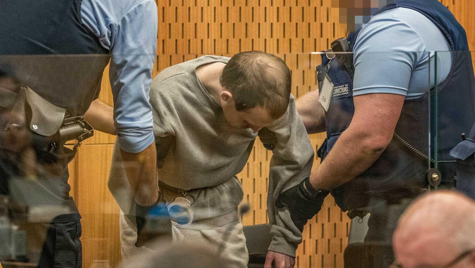 Guardias custodian a Brenton Tarrant, autor de los atentados de las mezquitas de Nueva Zelanda, durante el dictamen de la sentencia en el Tribunal Superior de Christchurch, en Nueva Zelanda.