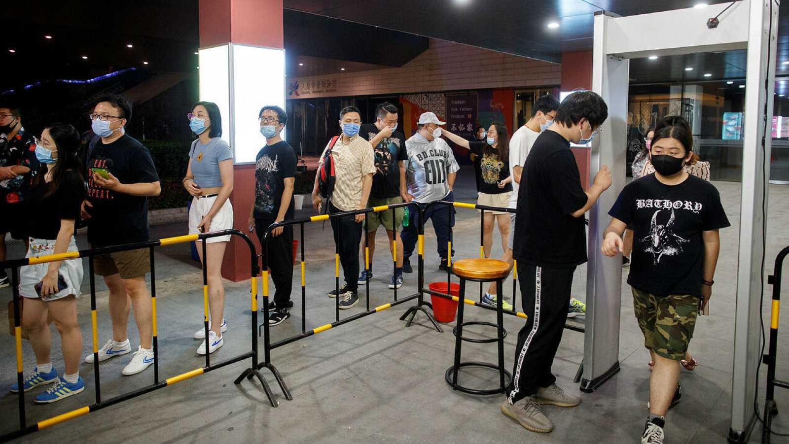 Personas llegan para disfrutar de un concierto de heavy metal en Beijing, China.
