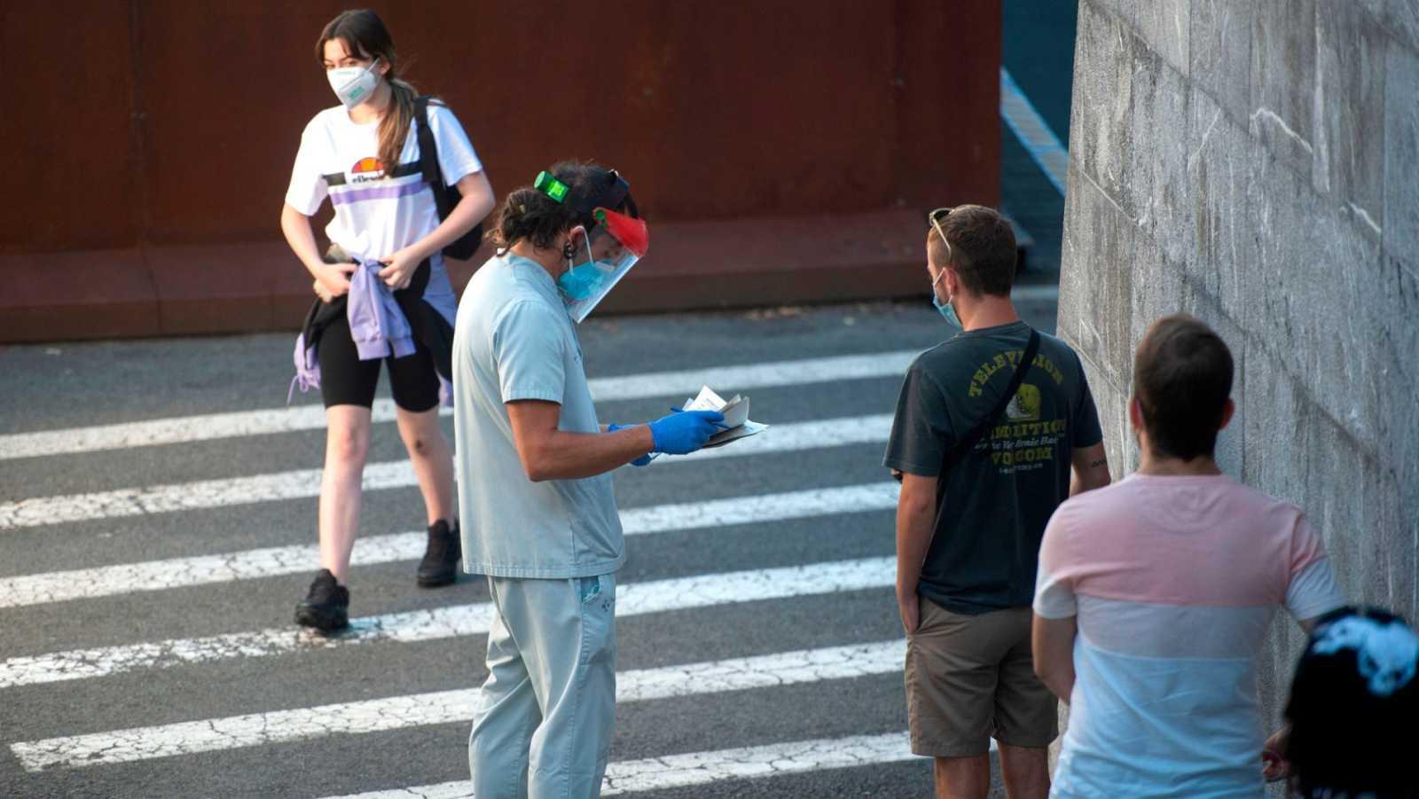 Varias personas esperan para hacerse la prueba del COVID-19 en Gernika en el País Vasco