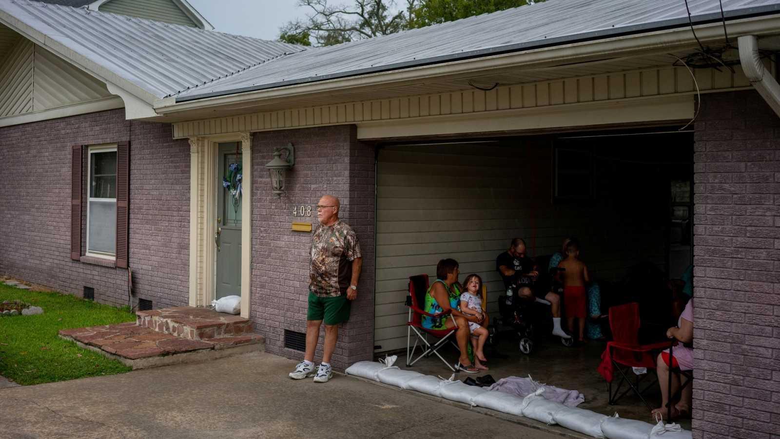 Una familia en Abbeville, Louisiana, espera en el garaje al huracán Laura