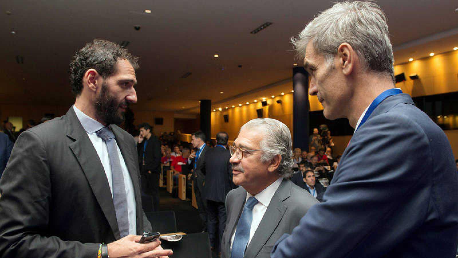 El presidente de la FEB, Jorge Garbajosa (i), conversa con el de la ACB, Antonio Martín (d).