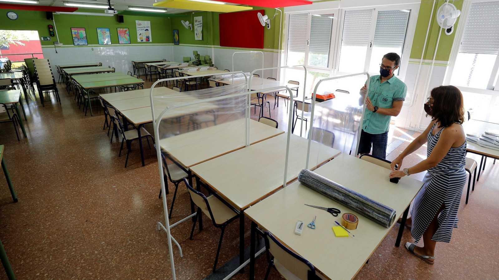 Trabajadores de un colegio público de Catarroja (Valencia) adecúan las aulas para el inicio del curso escolar.