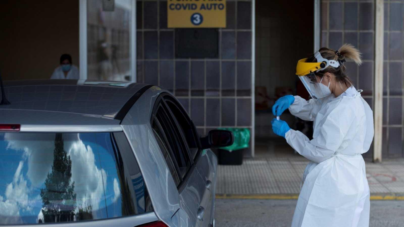 Una enfermera realiza de una prueba PCR hoy viernes en el Complejo Hospitalario Universitario de Ourense