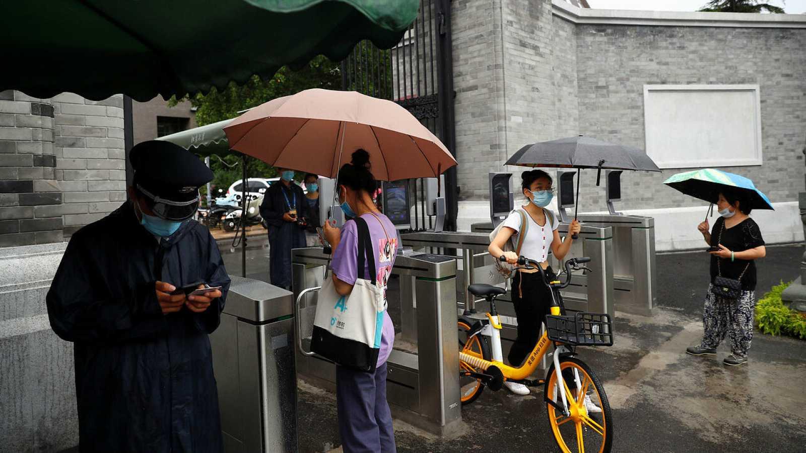 Estudiantes pasan por puertas de reconocimiento facial controladas por cámaras para ingresar a la Universidad de Pekín en Beijing, China.
