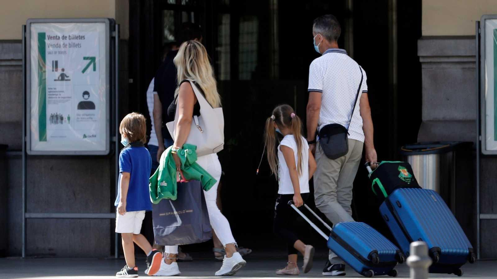 Una familia con sus maletas entra en la estación del Norte de Valencia