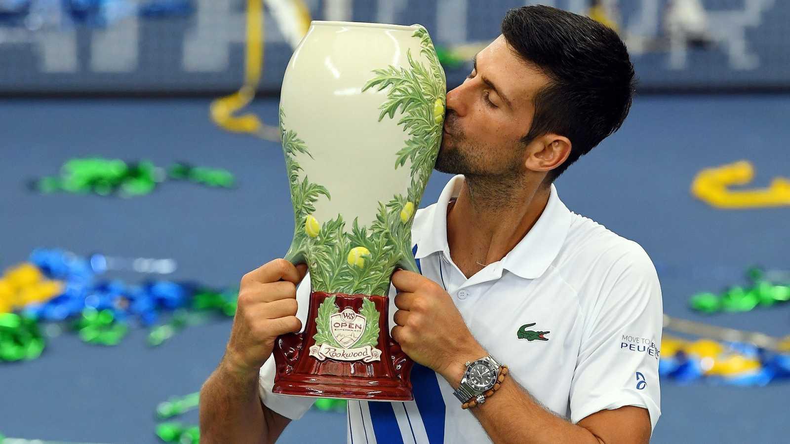 El tenista Novak Djokovic posa con el trofeo del Masters 1000 de Cincinnati