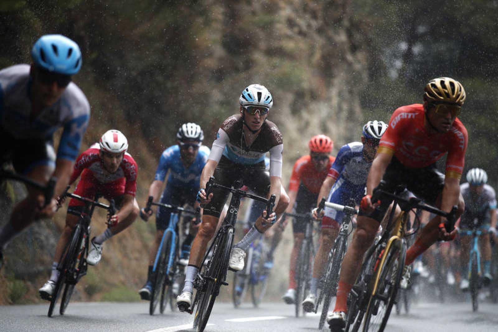 Imagen de los corredores bajo la lluvia de la primera etapa del Tour de Francia 2020.