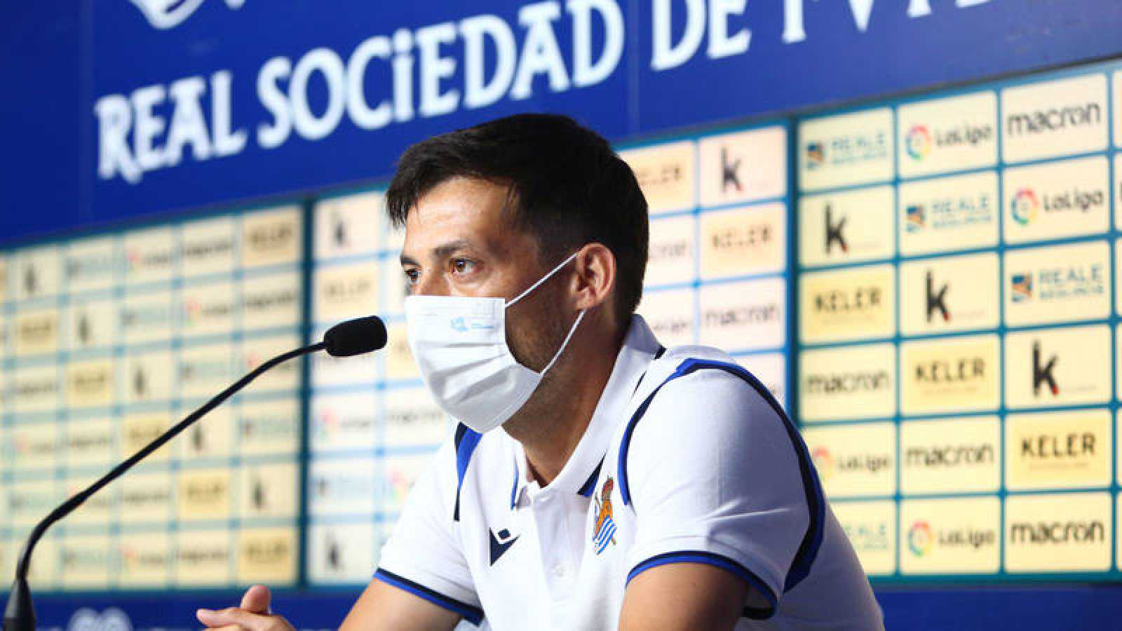El centrocampista canario David Silva ofrece una rueda de prensa durante su presentación de este lunes en San Sebastián como nuevo jugador blaquiazul.