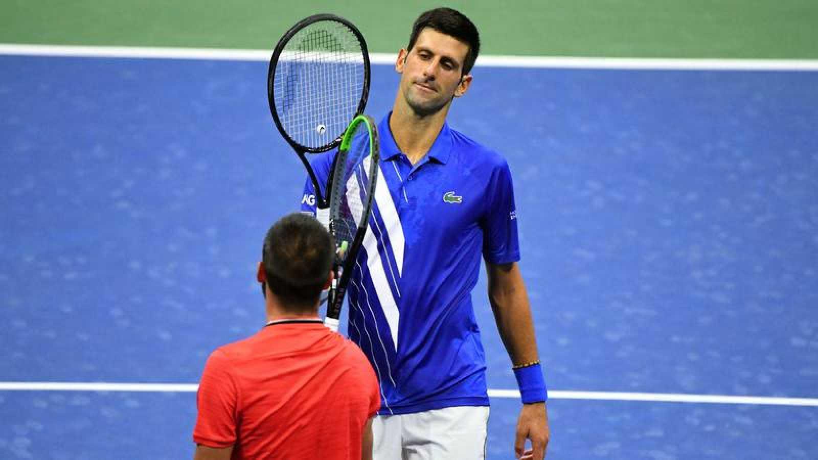 Novak Djokovic choca la raqueta como saludo al bosnio Dzumhur.