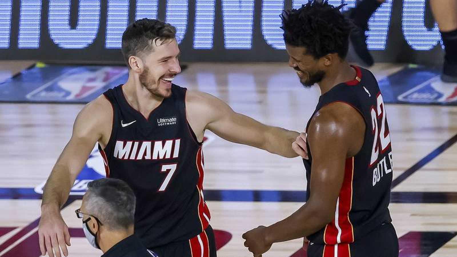 Jimmy Butler (d) y Goran Dragic (i) celebran la victoria de Miami.