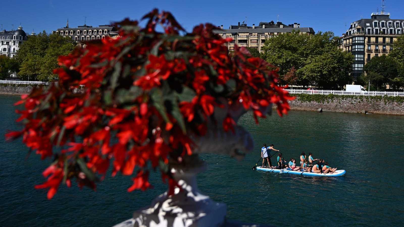 Turistas en una tabla de paddle en el río Urumea