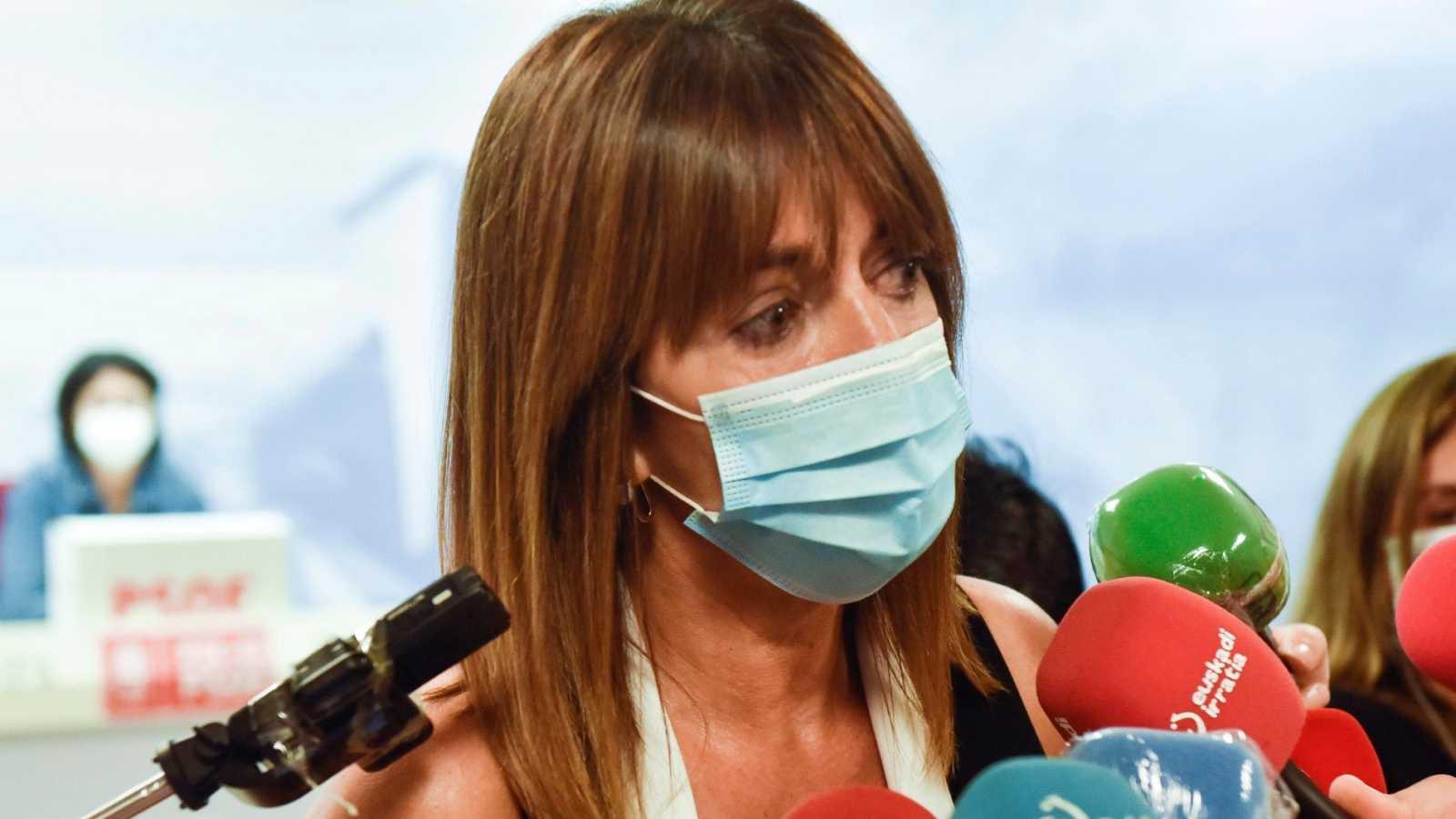 La secretaria general del PSE-EE,Idoia Mendia, atiende a los medios de comunicación este lunes en Bilbao