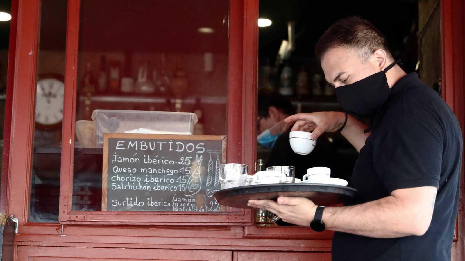 Un camarero trabaja en un bar del centro de Madrid