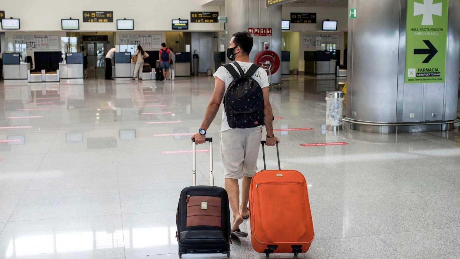 Un viajero solitario en el aeropuerto de Menorca