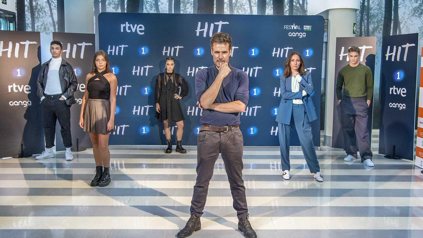 Daniel Grao, acompañado por el reparto de 'HIT' en la presentación de la serie en el FesTVal de Vitoria.