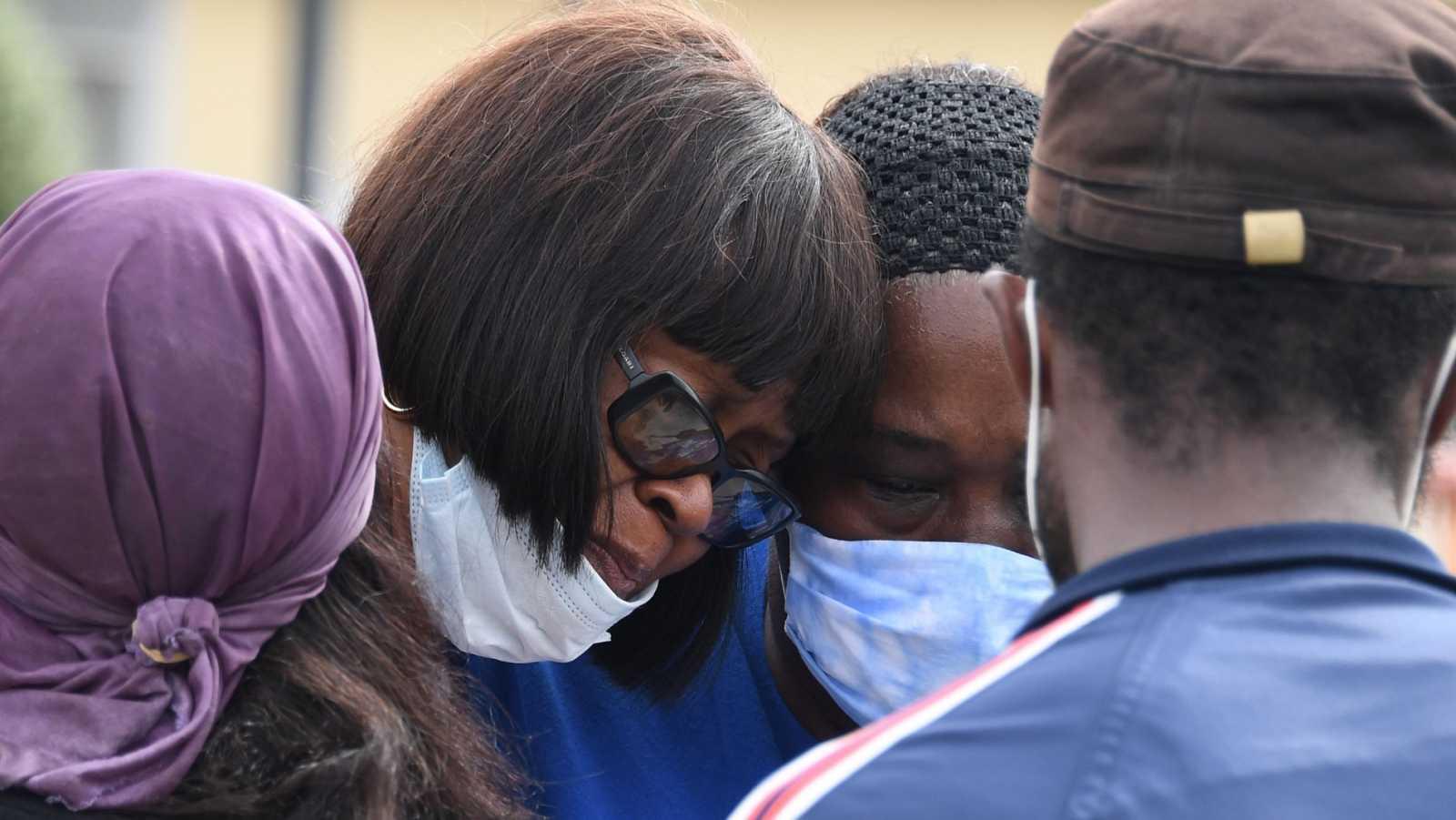 Dos mujeres consuelan a la tía del joven abatido a tiros en Los Ángeles