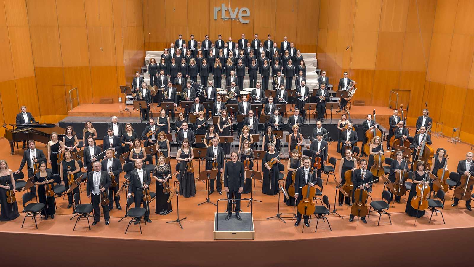 La Orquesta y Coro RTVE con su director titular, Pablo González