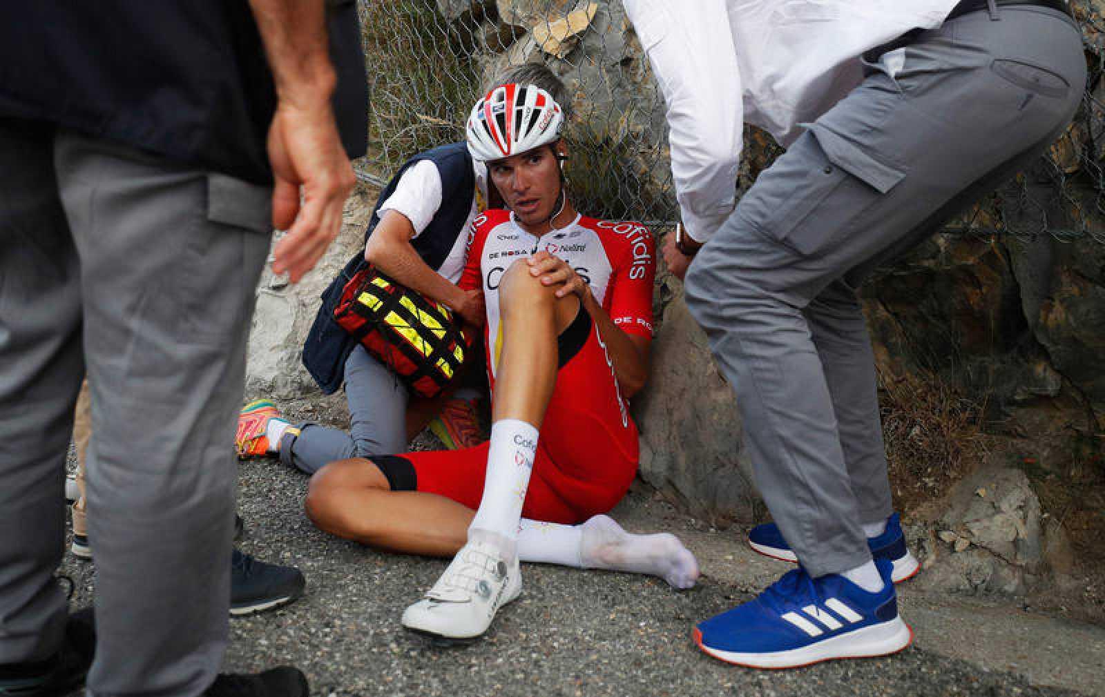 Imagen del ciclista Anthony Pérez (Cofidis) tras la caída que le obligó a abandonar el Tour de Francia 2020.