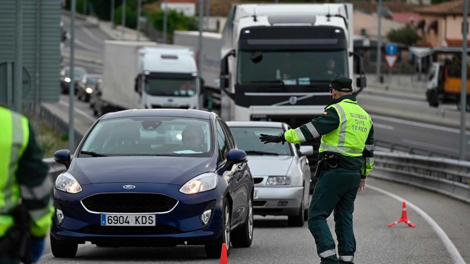 La Guardia Civil realiza un control en una carretera, en una imagen de archivo.