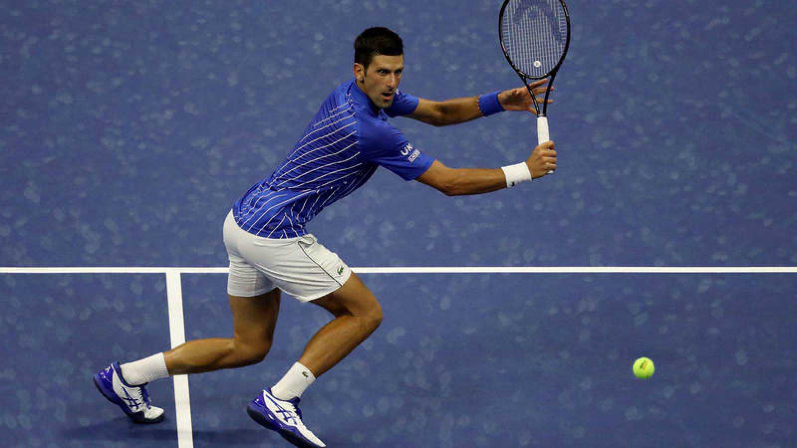 Djokovic devuelve una bola