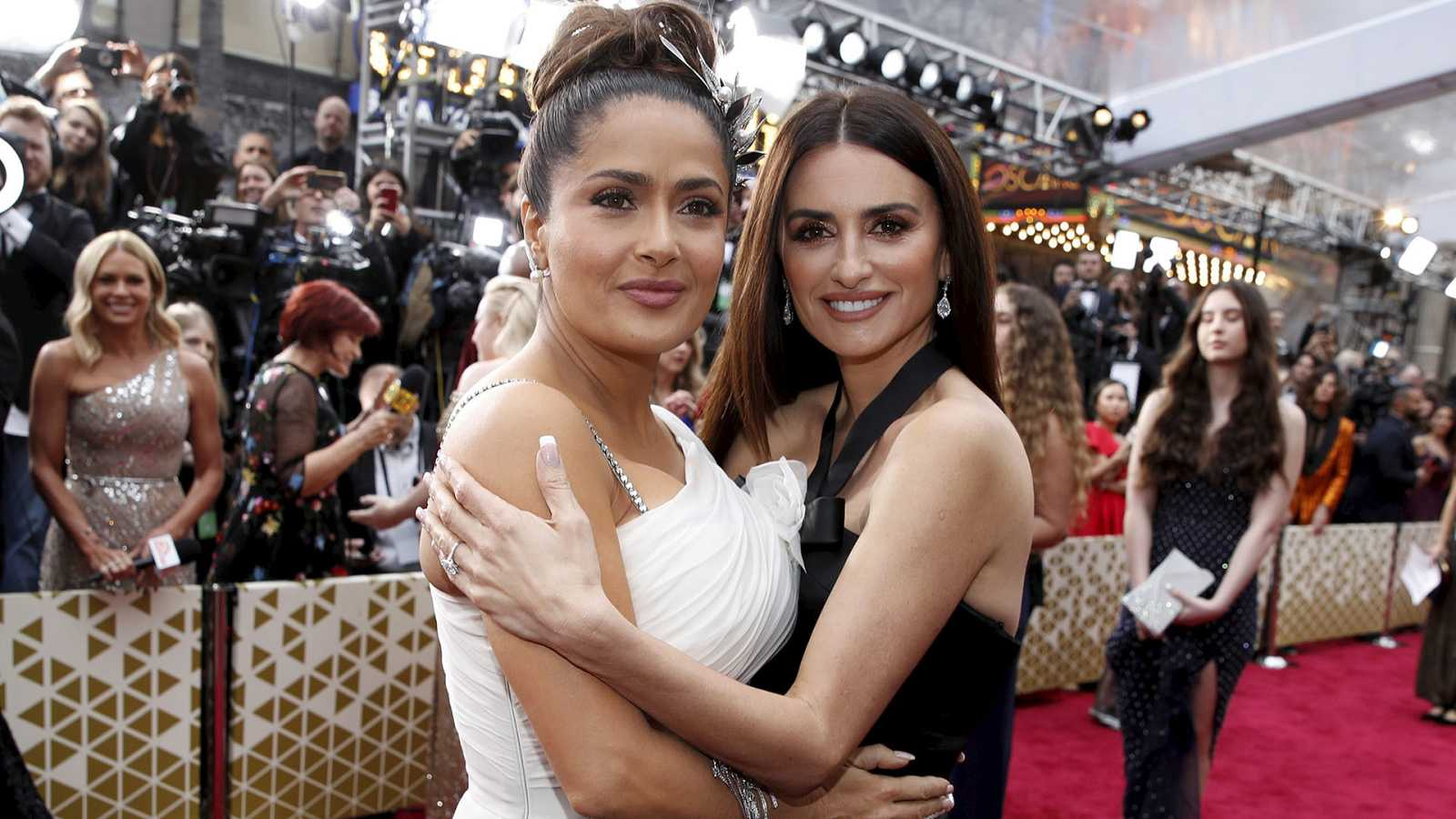 Penélope Cruz y Salma Hayek en la ceremonia de los Oscar 2020