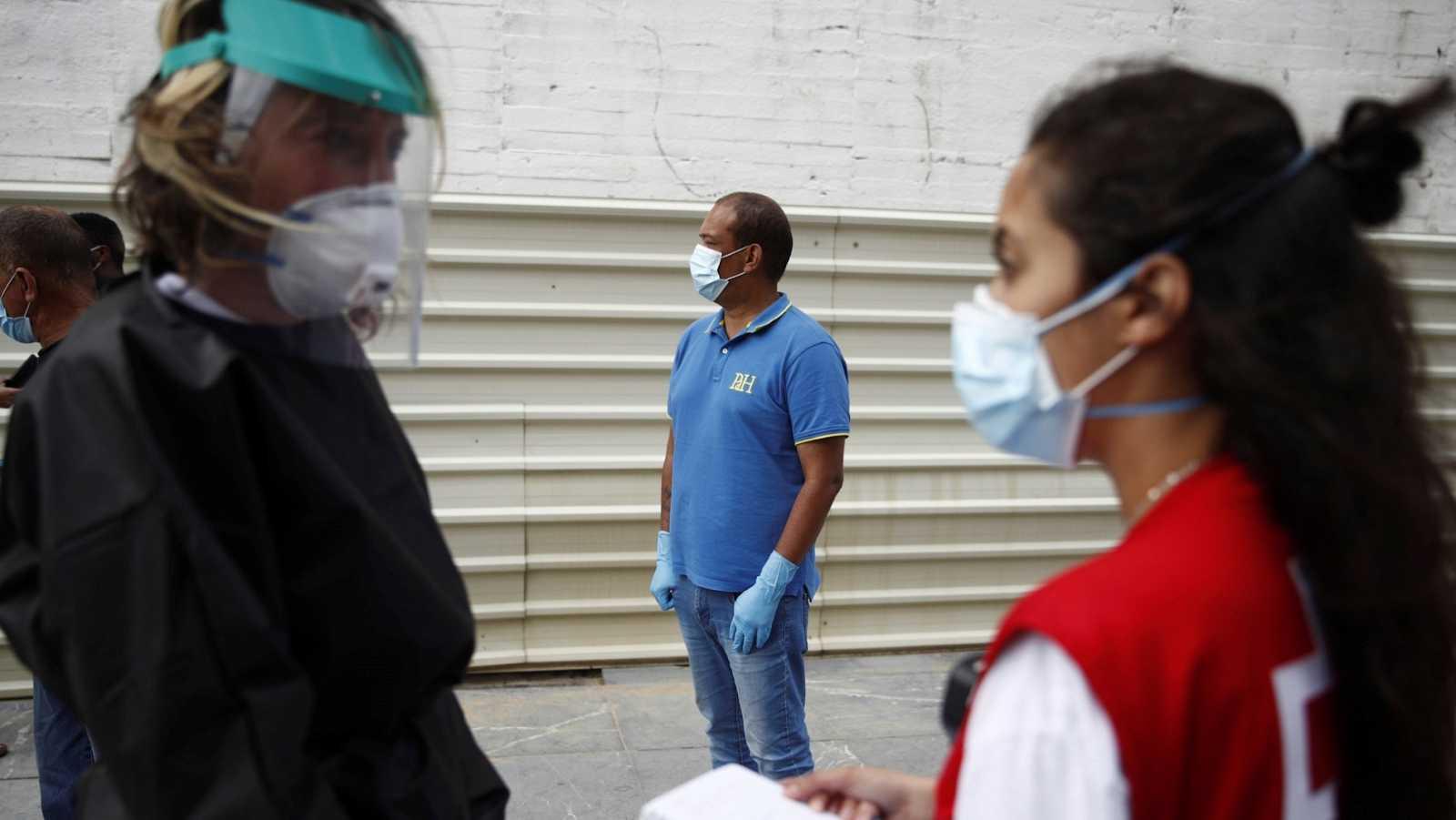 Miembros de la Cruz Roja y el Ayuntamiento gestionan un centro para personas sin hogar