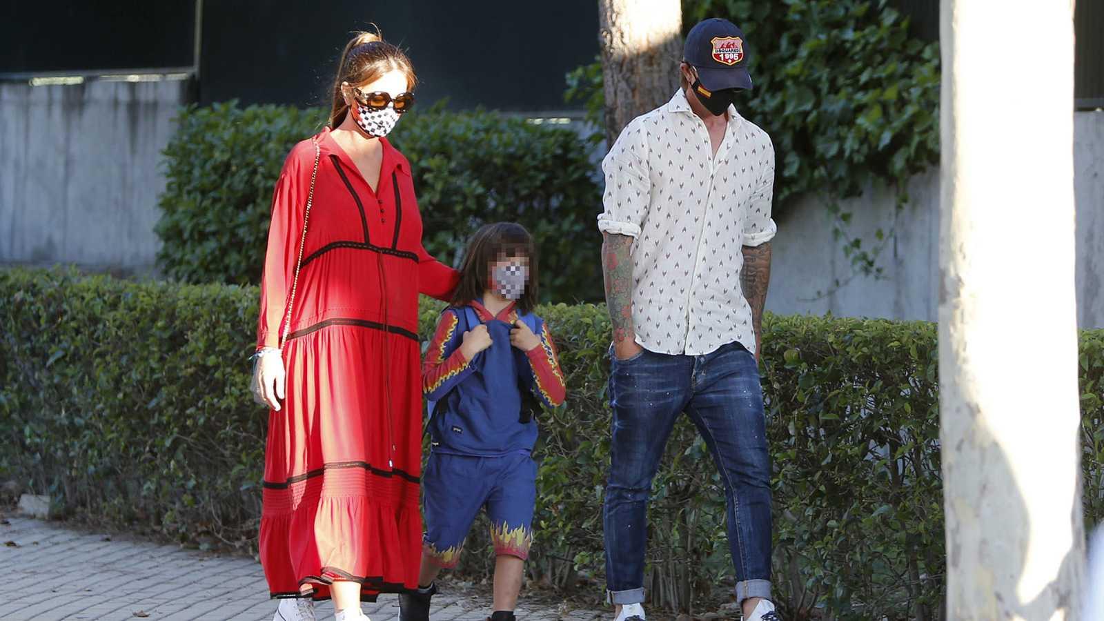 Romina Belluscio y Guti llevan a su hijo al colegio en el primer día de clase