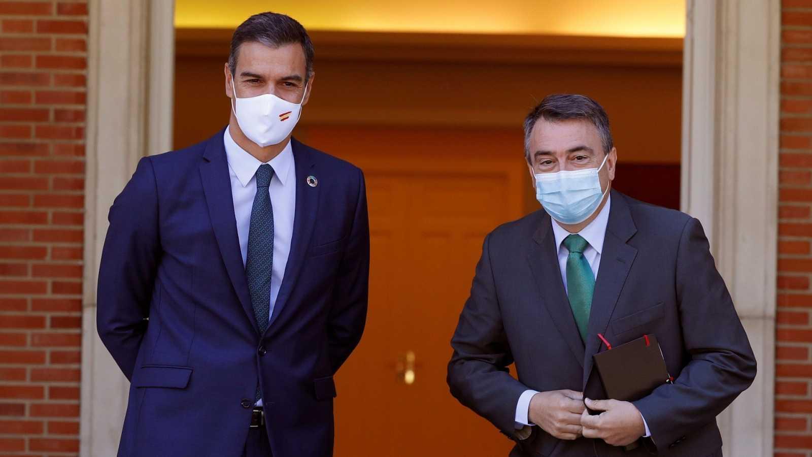 El presidente del Gobierno, Pedro Sánchez, ha recibido este jueves al portavoz del PNV en el Congreso, Aitor Esteban (d), en el Palacio en La Moncloa.