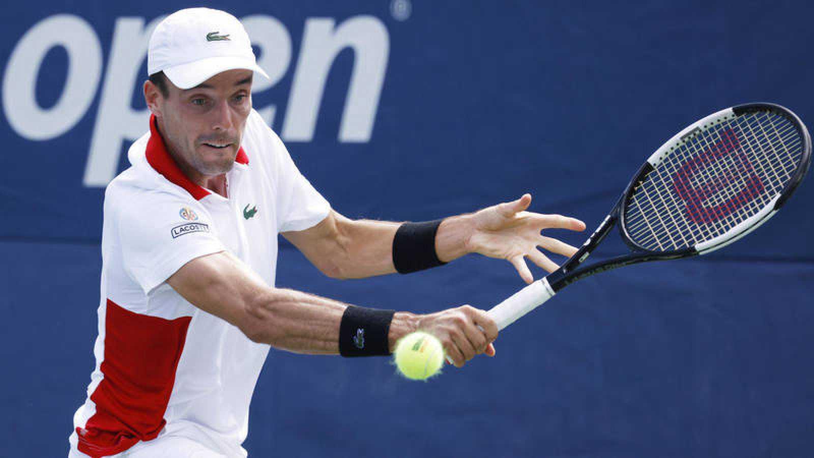 Roberto Bautista devuelve una bola en el US Open