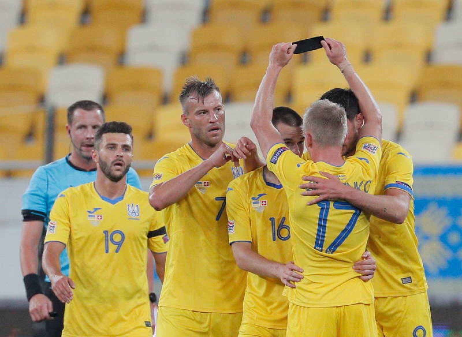 Los jugadores de Ucrania celebran el gol de Zinchenko.