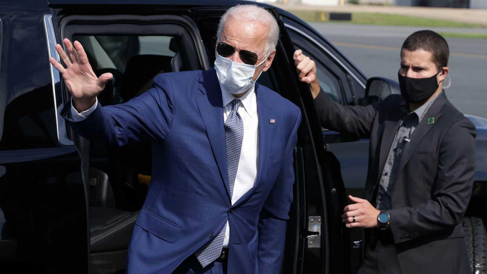 El candidato demócrata a la presidencia de los Estados Unidos, Joe Biden, saluda al llegar al aeropuerto del condado de New Castle para su viaje a Kenosha, Wisconsin, EE.UU.