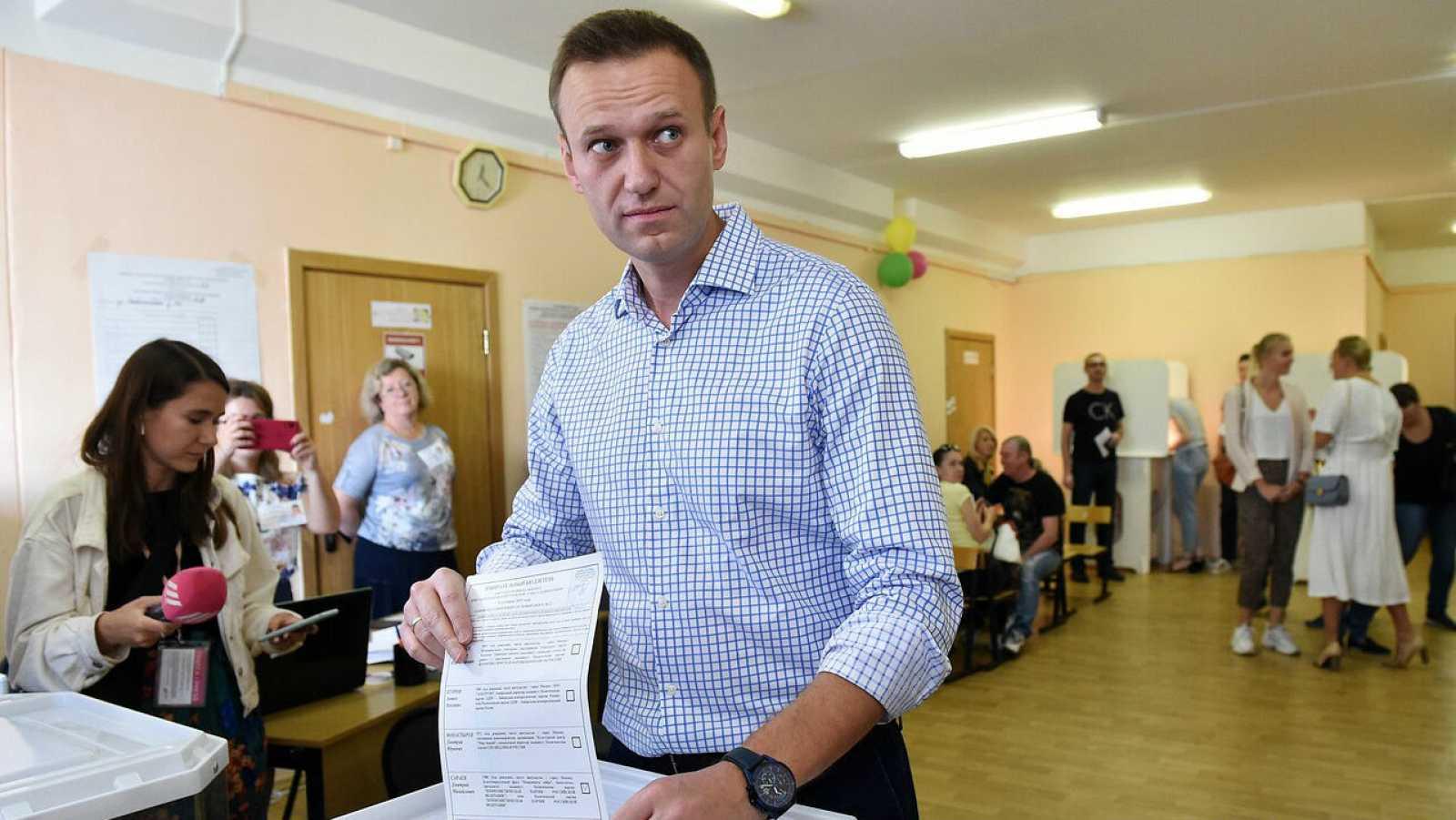 El activista de oposición ruso, Alexei Navalny, emitiendo su voto en un colegio electoral durante las elecciones a la Duma de la ciudad de Moscú, en Moscú, Rusia.