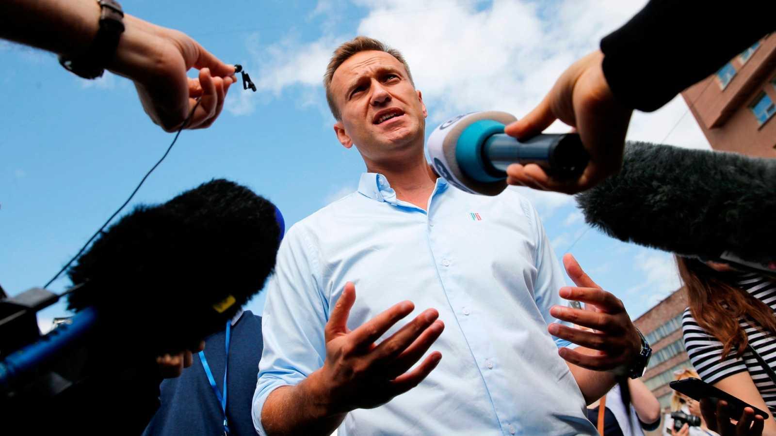 Alexei Navalni con periodistas durante una manifestación