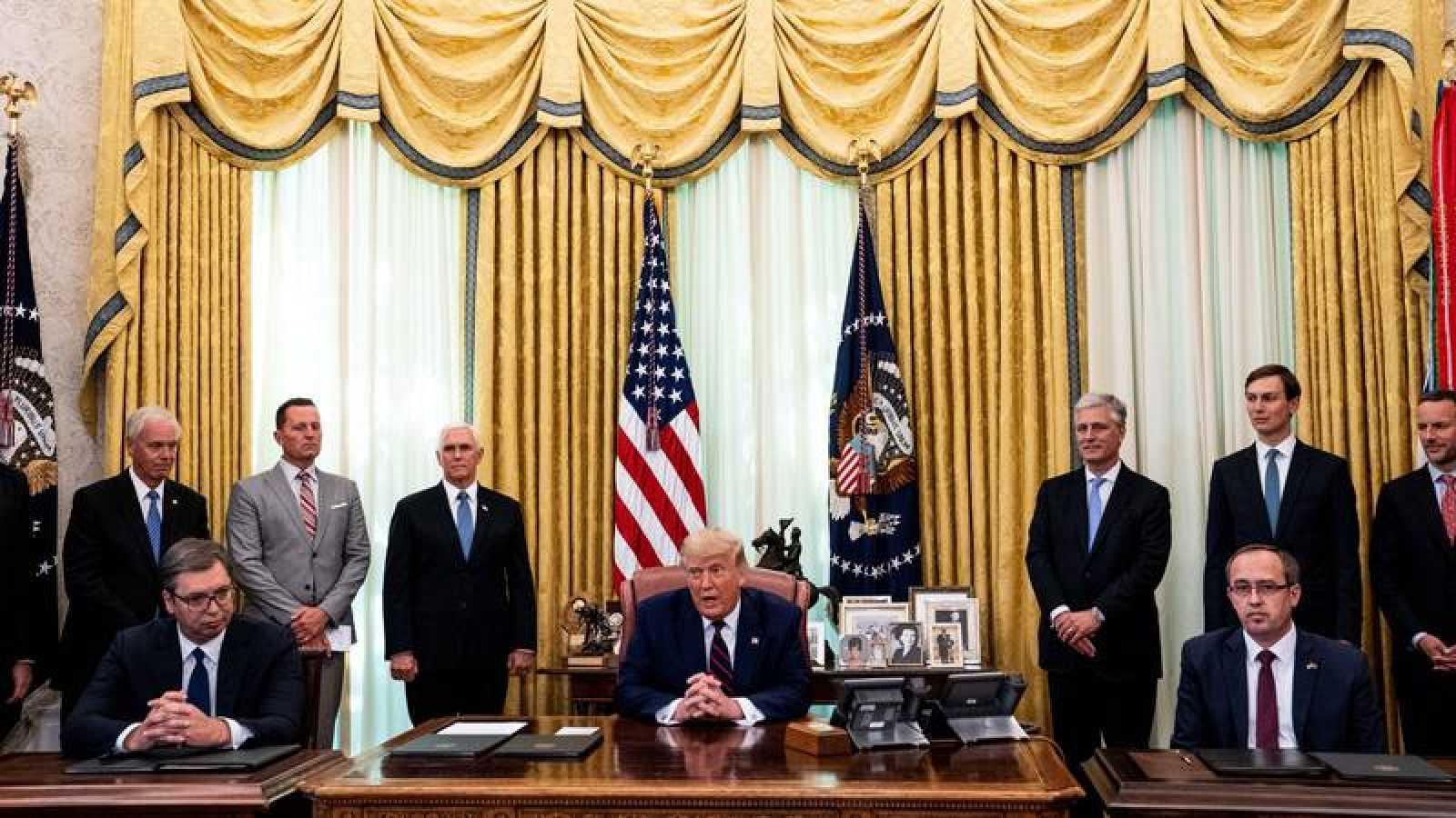 El presudente de la República de Serbia, Aleksandar Vucic (derecha), el presidente de EE.UU., Donald Trump (centro) y el primer ministro de la República de Kosovo, Avdullah Hoti (derecha)