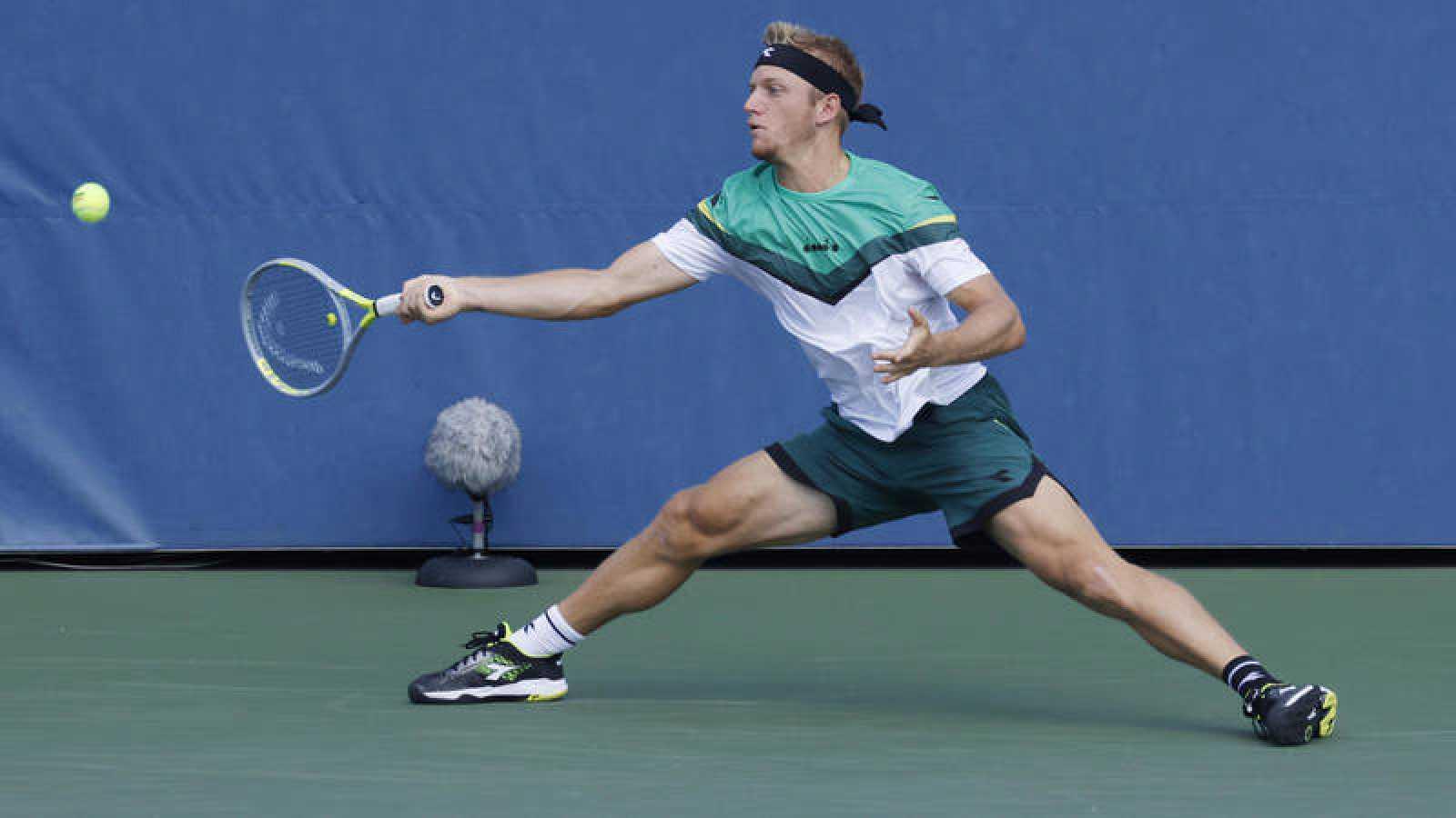 Alejandro Davidovich devuelve una bola en el US Open